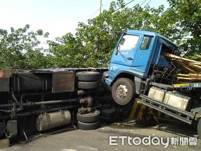 曳引車下坡撞翻吊卡 「木條插穿車頭」!