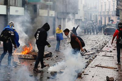 厄瓜多運輸工人罷工 遭催淚彈驅趕