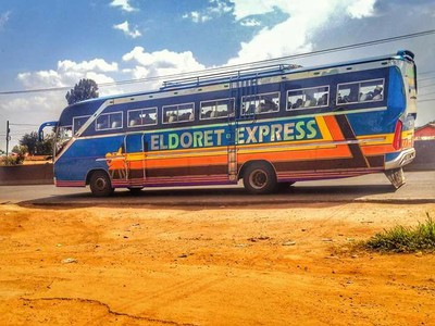 肯亞巴士超車撞上卡車 13死數十傷