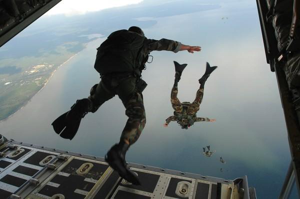 ▲▼ 傘兵,跳傘,paratrooper,空軍,士兵,。(圖/免費圖庫pixabay)
