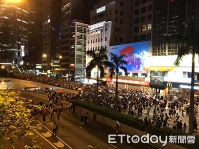 示威者撐傘「塞爆中環」 抗議反蒙面法