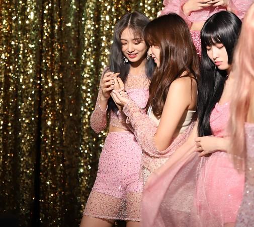 ▲MINA拍攝專輯照燦爛笑了!幕後照曝光:子瑜黏著她笑倒。(圖/翻攝自Naver Post/JYPnation)