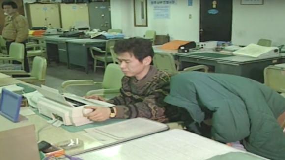 ▲▼李春在1994年姦殺小姨子後被警方逮捕(圖/翻攝自KBS)