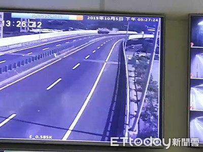 八里貨櫃車失控瞬間曝光!鏟整面隔音牆