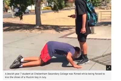 猶太少年被逼跪地 低頭親同學鞋