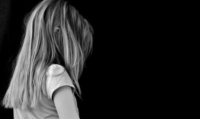 5歲女童被保母兒子壓頭「逼張嘴」:想自殺