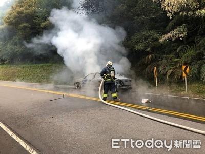 即/計程車起火燃燒!小黃變焦黑