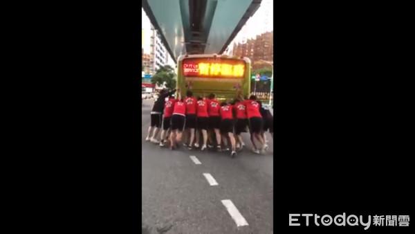 ▲▼   健身教練推公車          。(圖/網友花育暄授權提供)