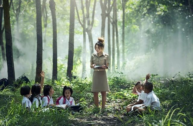▲▼老師帶孩子到校園外散步(示意圖/取自Pixabay)