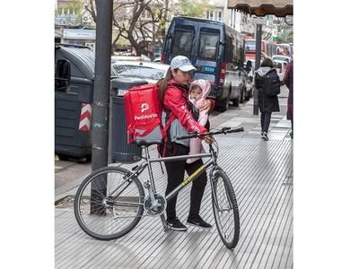 移民辛酸!外送員抱嬰、牽單車趕去托兒所
