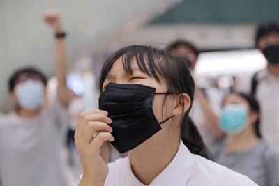 禁蒙面後首返校日香港學生校門發口罩