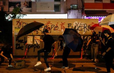 《禁止蒙面規例》爆衝突!港鐵13個站仍關閉