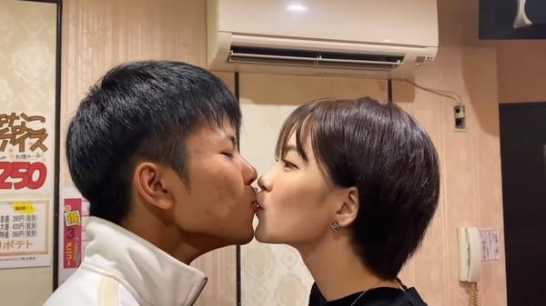 ▲▼中野麗來和YouTuber玩吸紙接吻遊戲,觸怒粉絲。(圖/翻攝自YouTube)