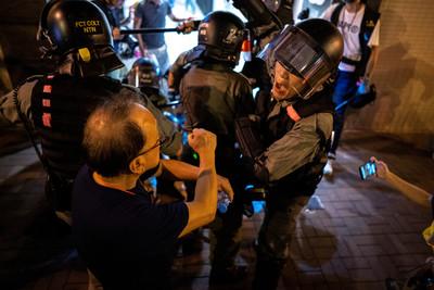 港警被示威者割頸 2人立刻被逮