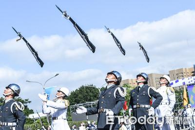國慶倒數2日!巨型國旗飛躍總統府 三軍樂儀隊熱血飆「牽手」