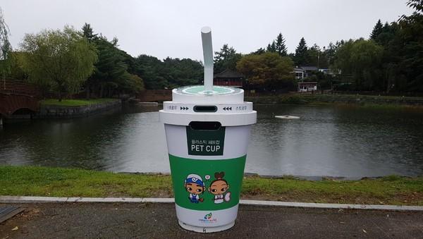 ▲▼ 南韓忠清北道堤川市的街道上出現「咖啡紙杯型垃圾桶」 。(圖/翻攝유닛박스推特)