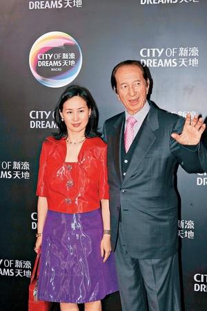 何鴻燊(右)的二房長女何超瓊(左)頗具商業頭腦,去年正式接班賭王的商業王國,更以新台幣逾4千億元的資產一度成為香港女首富。