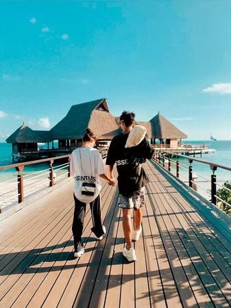 何超蓮(左)日前罕見在IG秀恩愛,她與竇驍(右)手牽手在馬爾地夫海邊漫步,疑似好事將近。(翻攝自何超蓮IG)