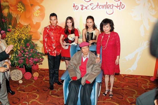2013年時,澳門賭王何鴻燊(前)的三房老婆陳婉珍(後排右起)及3個兒女何超雲、何超蓮與何猷啟設宴為他補過生日。(東方IC)
