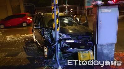2車追撞害休旅車撞號誌桿 6煞刀棍齊飛砸車
