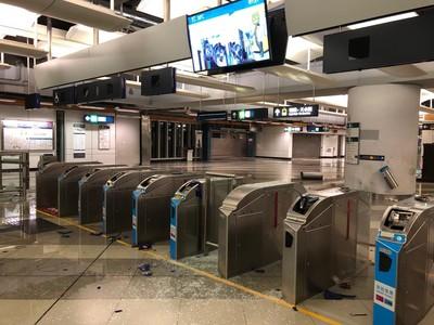 香港勞工局籲「提早下班」、港中大取消課程