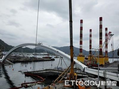 拆斷橋萬噸級平台船就位 吊移300噸橋拱