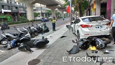 駕駛恍神急迴轉 轎車失控撞倒13輛機車