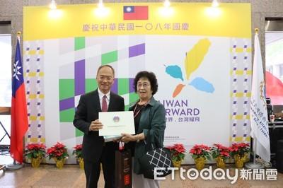 僑胞返台慶雙十!81歲韓國華僑成「第5000位」報到幸運兒獲頒證書