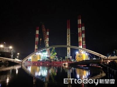搶通航!兩端同步切割 10日凌晨吊移斷橋橋拱