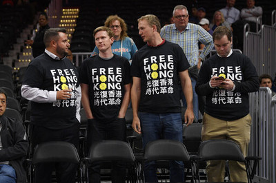龍獅巫師賽前球場見光復香港T恤