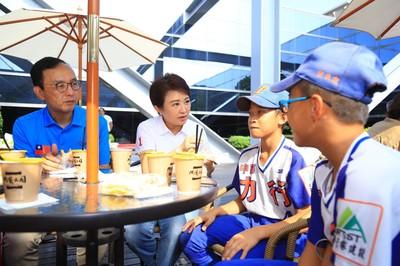 「LoKah」勇敢追夢 盧秀燕與小小棒球員早餐約會