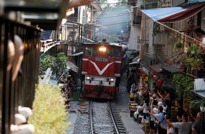 遊客塞爆河內火車街 12日前關閉兩旁咖啡廳