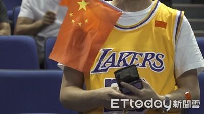 球迷自帶五星旗 中國紅歡迎NBA