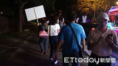 公民割草2大學生「路過」舉牌隔空對決韓國瑜