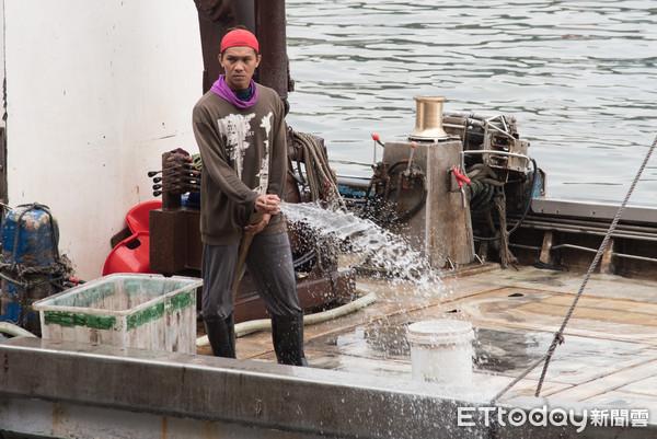 140位權宜船外籍漁工受困港口1個月 漁業署挨批見死不救裝無辜