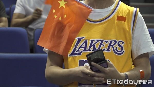 直擊NBA上海賽/球迷自帶「五星旗」入場 滿場中國紅歡迎湖人、籃網