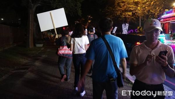 公民割草2學生「路過」舉牌隔空對決韓國瑜 火爆遭圍107秒:X!滾啦滾啦