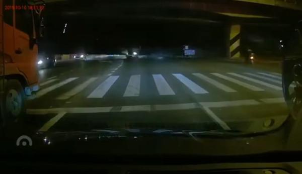 快訊/江蘇無錫「高架橋倒塌」 多車直接被砸中…畫面曝光!