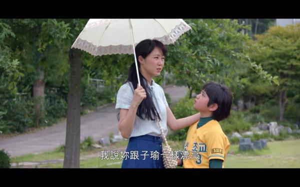 ▲▼ 史上首次!「子瑜太美」被寫進韓劇台詞 童星拿TWICE跟媽比。(圖/翻攝自IG、Netflix)
