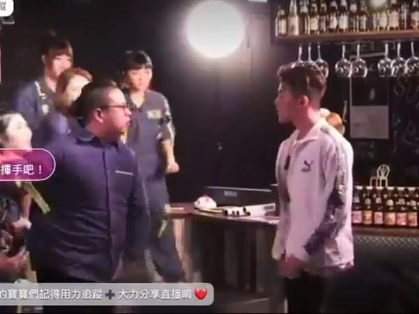 直播和女粉互動「突有男子衝上台揍孫生」 雙方拉扯一路打到台下!