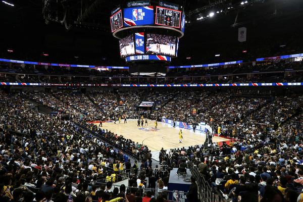 NBA上海賽「全場爆滿」 球迷搶拿五星旗要球星簽名!