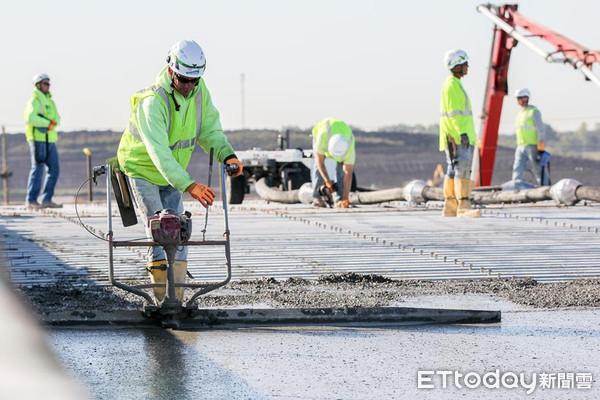鴻海威州廠進入「屋頂安裝」階段 承包商合約總金額2.5億元
