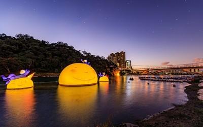 地景藝術 15米月亮浮現碧潭水面