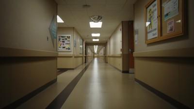 「到底誰在喊名字?」護理師探頭突然就地震 燈管鋼條全砸下來