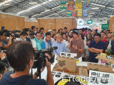蘇揆參觀台灣設計展 讚許屏東設計能量