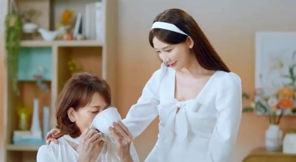 ▲林志玲和媽媽吳慈美一起拍廣告。(圖/翻攝自林志玲Instagram)
