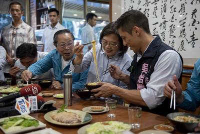 蔡英文餵食吳怡農…網友暴動了!