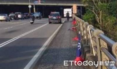 碧潭橋上24支國旗被折斷插水溝 民眾怒了