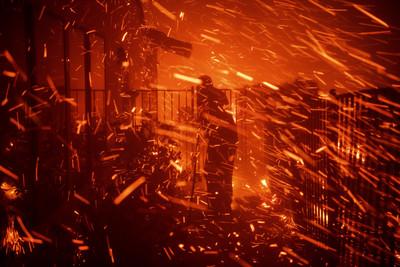 洛杉磯北部野火1死 急撤10萬人