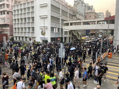 香港各區遊行「水炮車進駐」深水埗警署
